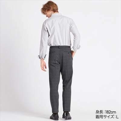 ユニクロのEZYアンクルパンツ(ジャージー・ウインドウペン・丈長め76cm)を履いている男性
