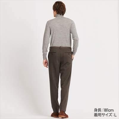 ユニクロのEZYアンクルパンツ(ジャージー・ガンクラブチェック・丈長め76cm)を履いている男性