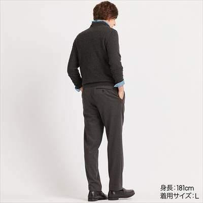 ユニクロのEZYアンクルパンツ(ジャージー・丈長め76cm)を履いている男性