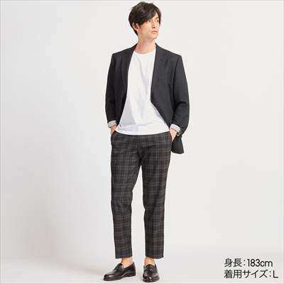 ユニクロのEZYアンクルパンツタータンチェック(タータンチェック・丈長め76cm)を履いている男性