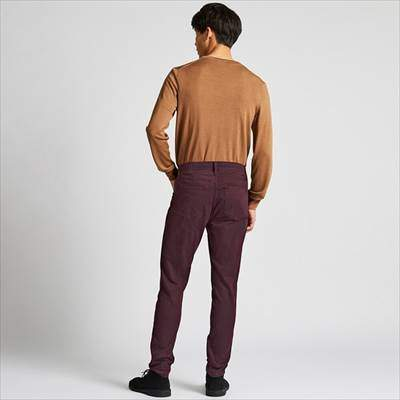 ユニクロのEZYスキニーフィットカラージーンズ(丈標準76~79cm)を履いている男性