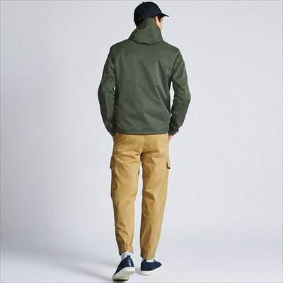 ユニクロのブロックテックパーカを着ている男性