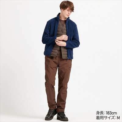 ユニクロのフリースフルジップジャケットを着ている男性