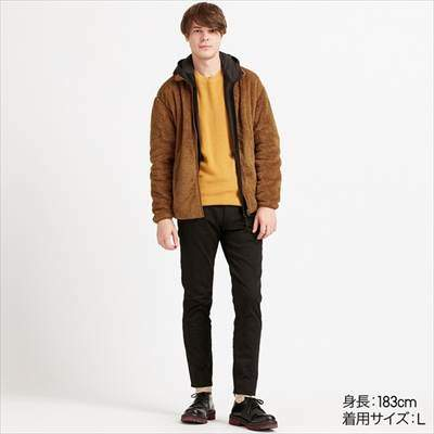 ユニクロのファーリーフリースフルジップジャケットを着ている男性