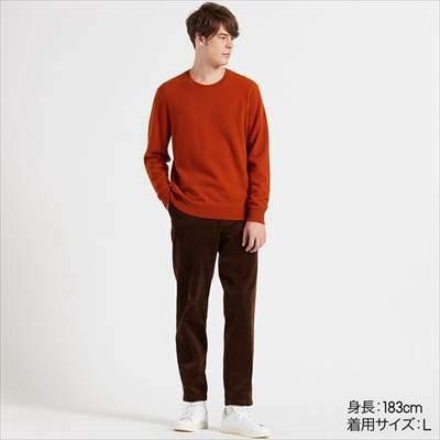 ユニクロのカシミヤクルーネックセーター(長袖)を着ている男性