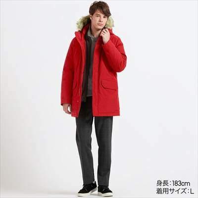 ユニクロのハイブリッドダウンウルトラウォームコートを着ている男性