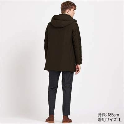 ユニクロのハイブリッドダウンコートを着ている男性