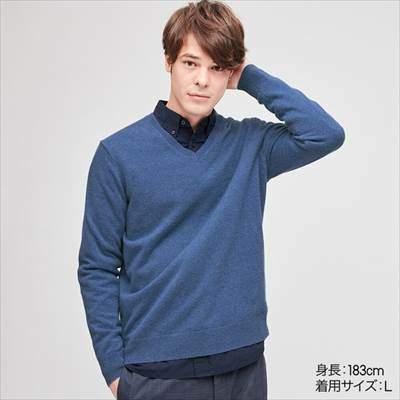 メンズのユニクロのカシミヤVネックセーター(長袖)を着ている男性
