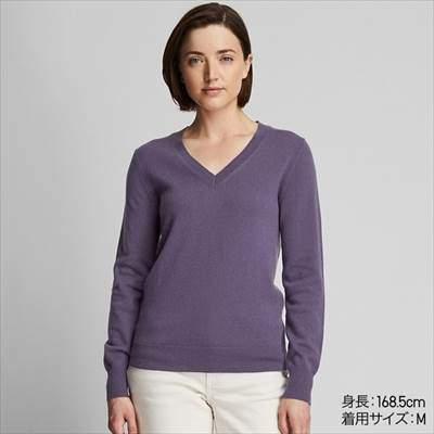 レディースのユニクロのカシミヤVネックセーター(長袖)を着ている女性