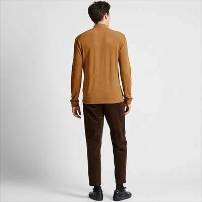 ユニクロのヒートテックストレッチフリースモックネックT(長袖)を着ている男性