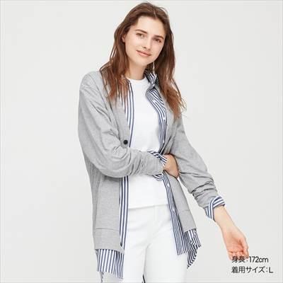 ユニクロのエアリズムUVカットカーディガン(長袖)を着ている女性