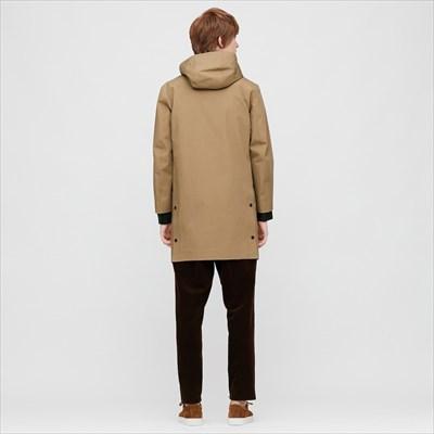 ユニクロのブロックテックコートを着ている男性